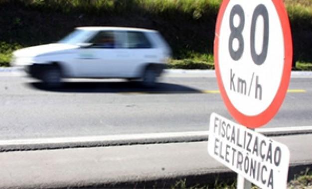Passar a 80 km/h em via de 70 km/h 'às vezes é distração' e é 'falta leve', avalia ministro da Infraestrutura