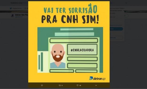 Detran de SP faz campanha para lembrar que pessoas podem sorrir em foto de CNH
