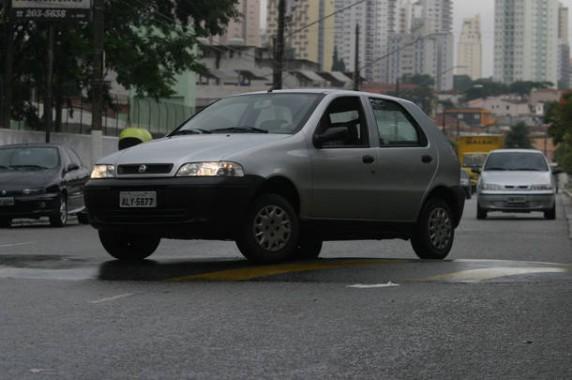 VICIOSVOLANT04 - SAO PAULO - 23-05-2006 VICIOSVOLANT - Jornal do Carro.Vicios que danificam o carro, como passar com uma rada de cada vez na lombada.Foto Claudio Teixeira/AE