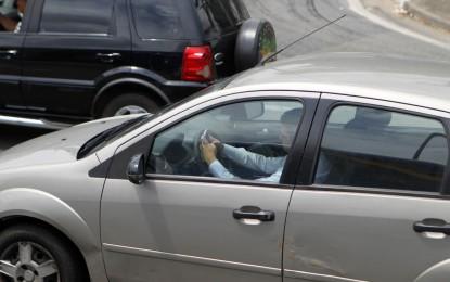 Motorista brasileiro pode dirigir por quase 125 metros sem olhar para a frente