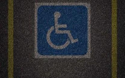 Deputados avaliam aumentar multa para quem estacionar em vaga de idoso ou deficiente