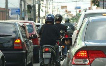 Comissão limita trânsito de motos nos corredores entre faixas de carros