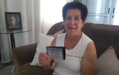 Aos 68 anos, idosa comemora primeira habilitação após reprovar 21 vezes em prova: 'Nunca é tarde'