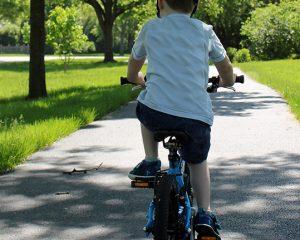 Como transportar e andar de bicicleta com crianças de forma segura