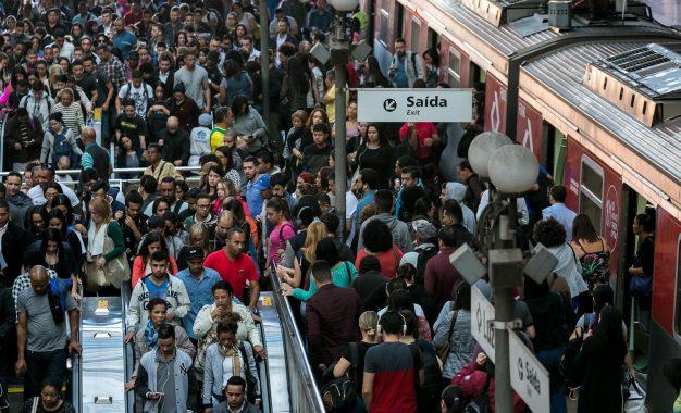 Paulistano demora quase 3 horas por dia no trânsito, e 88% dos pedestres se sentem inseguros, diz pesquisa