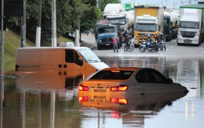 Teve o carro atingido por uma enchente? Saiba o que fazer