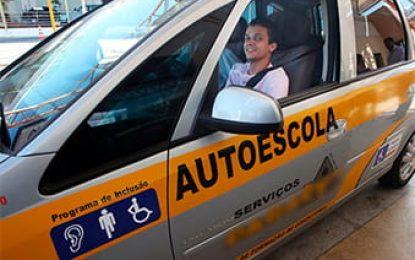 Autoescolas deverão ter veículo adaptado para formar condutores com deficiência