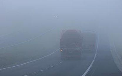 Questão de prova: você está dirigindo sob forte neblina que impede sua visão. Como agir?