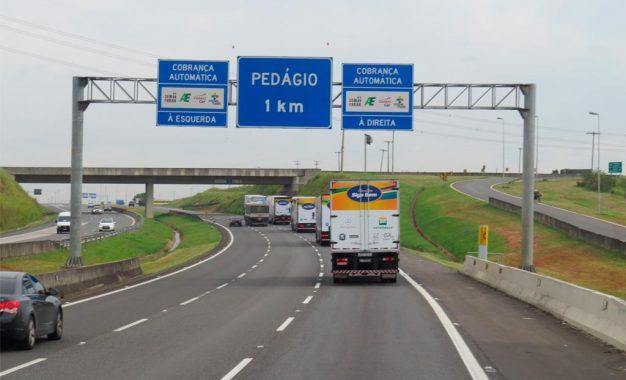 Governo de SP vai entregar a caminhoneiros adesivos eletrônicos para pagamento automático de pedágios