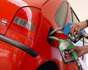 Preço da gasolina cai 11% no Brasil em um ano