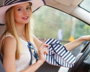 Férias: é permitido dirigir de chinelo? E sem camisa? Veja o que pode e o que é infração de trânsito