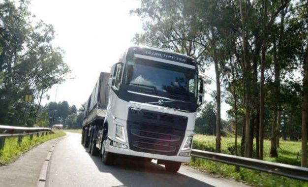 Caminhões: queda na produção e alta em exportações
